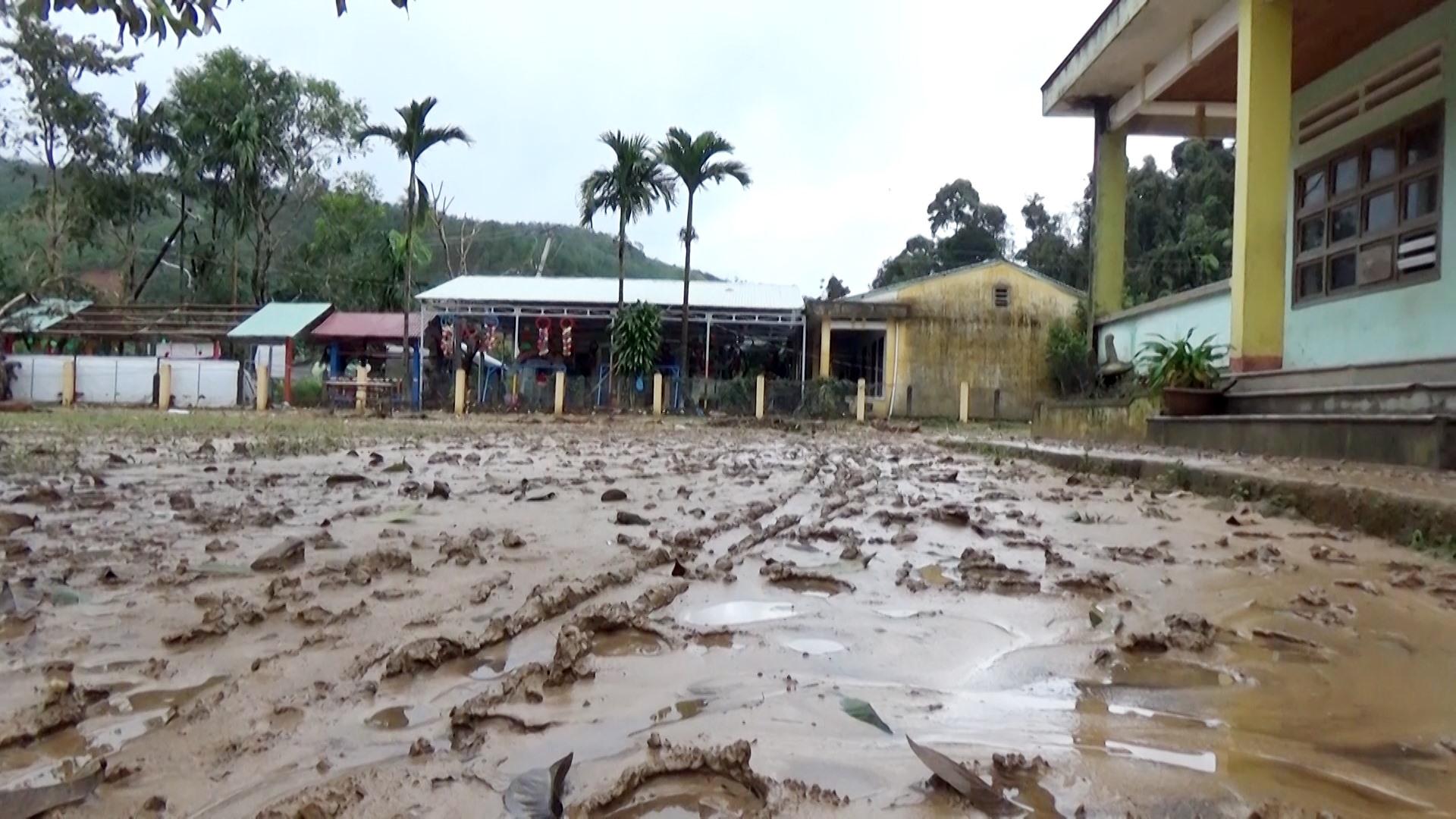 Sân trường Trường PTDTBT TH& THCS Trà Ka ngổn ngang bùn đất.