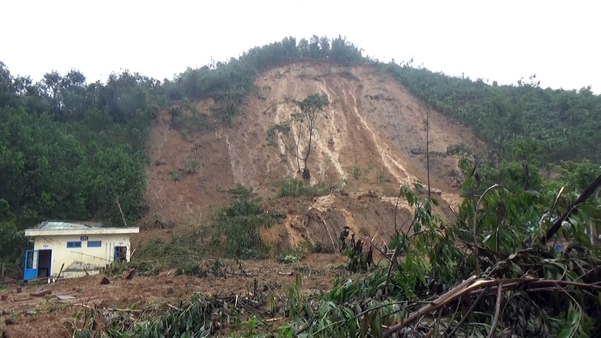 Sạt lở đất tại trường Trường PTDTBT TH& THCS Trà Ka.