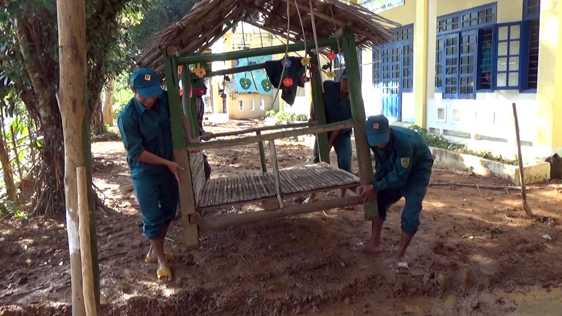 Dân quân địa phương giúp các trường dọn dẹp.