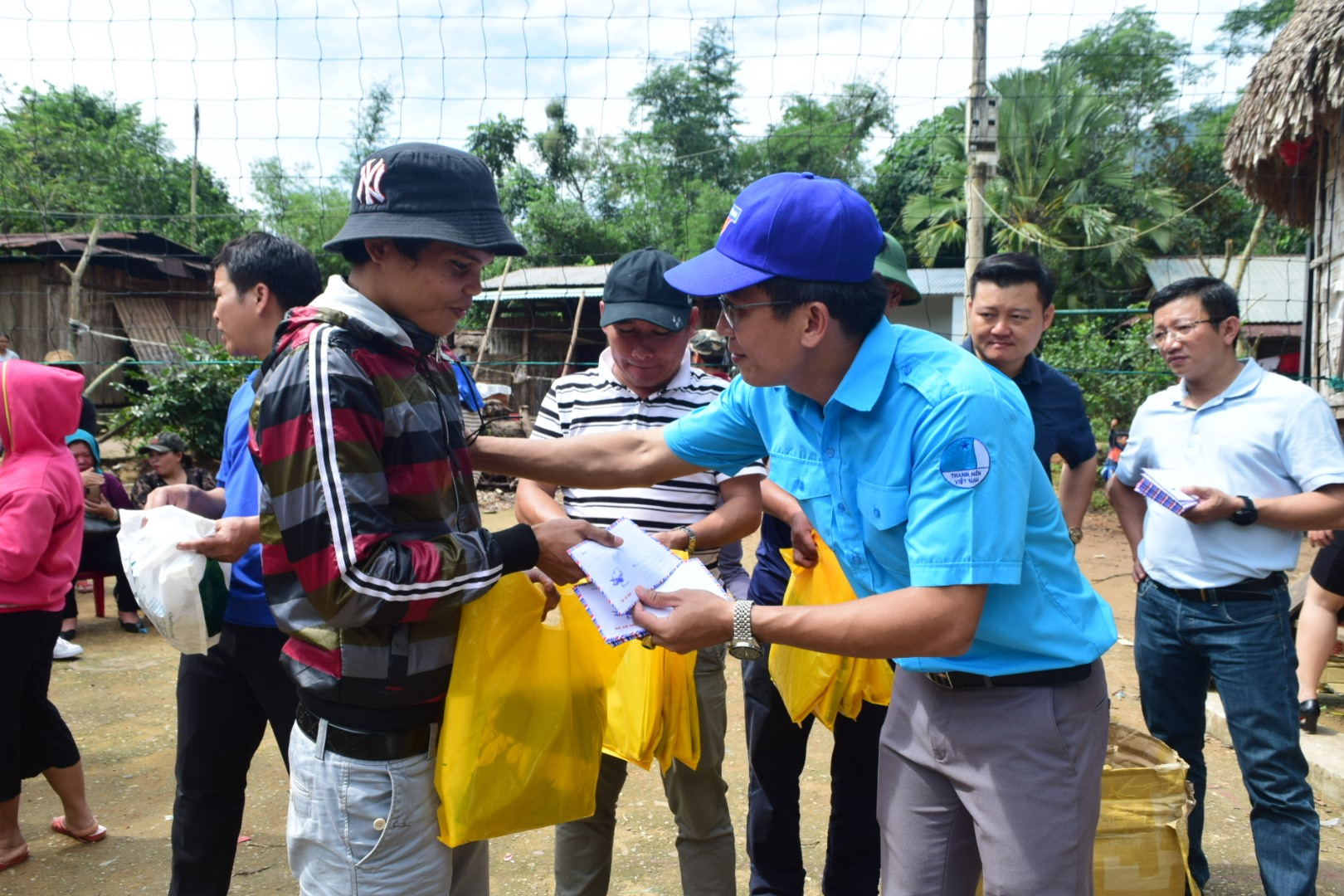 Tặng quà hỗ trợ người dân xã Kà Dăng (huyện Đông Giang) khắc phục thiệt hại sau bão số 9. Ảnh: THÁI CƯỜNG