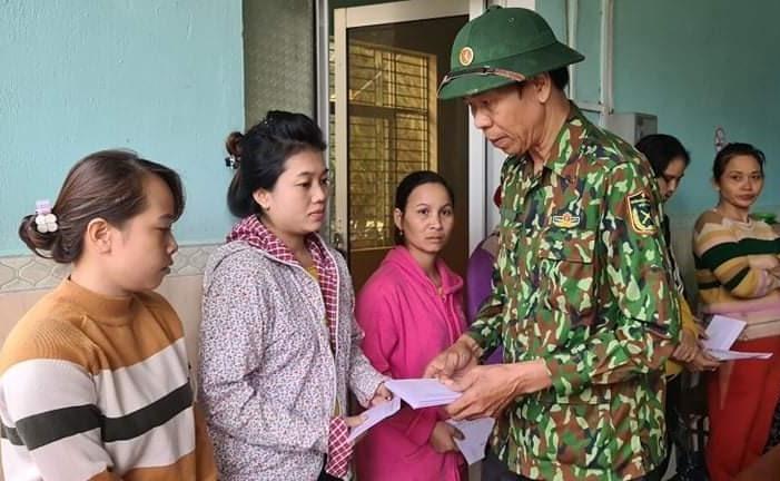 Ông Nguyễn Quảng tặng quà của UBND huyện cho người dân Phước Thành. Ảnh: HUỲNH CHÍN