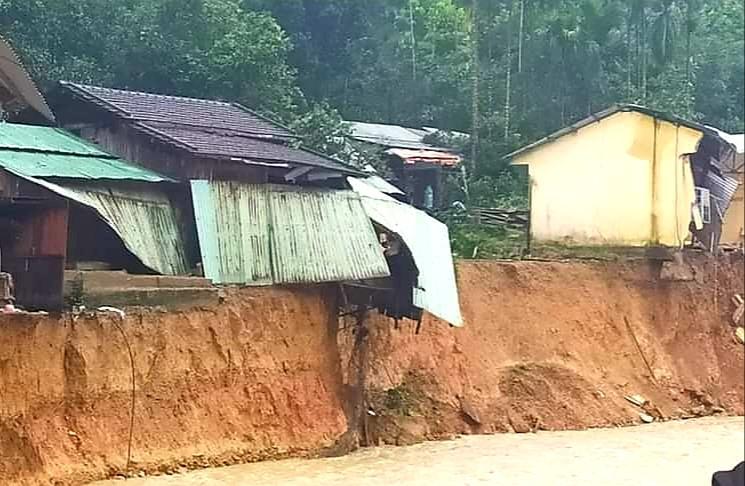 Sạt lở đất phía bờ sông khiến nhiều ngôi nhà người dân ở Trà Leng bị hư hại. Ảnh: LÊ HẰNG