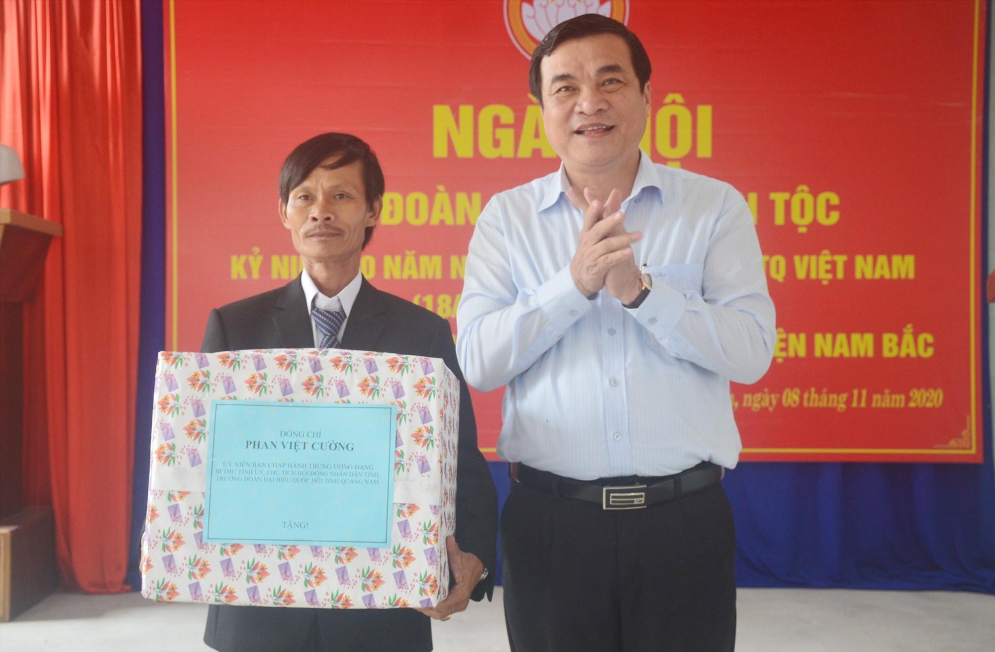 Bí thư Tỉnh ủy Phan Việt Cường trao quà cho đại diện khối phố Bình Ninh. Ảnh: Q.T