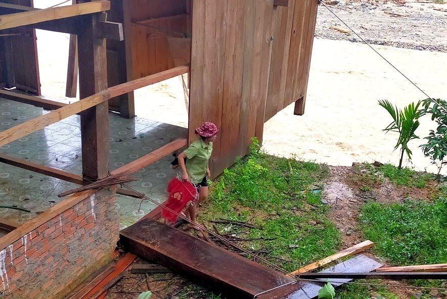 Nhiều ngôi nhà ở Trà Leng đang bị đe dọa bởi mưa lũ. Ảnh: LÊ HẰNG