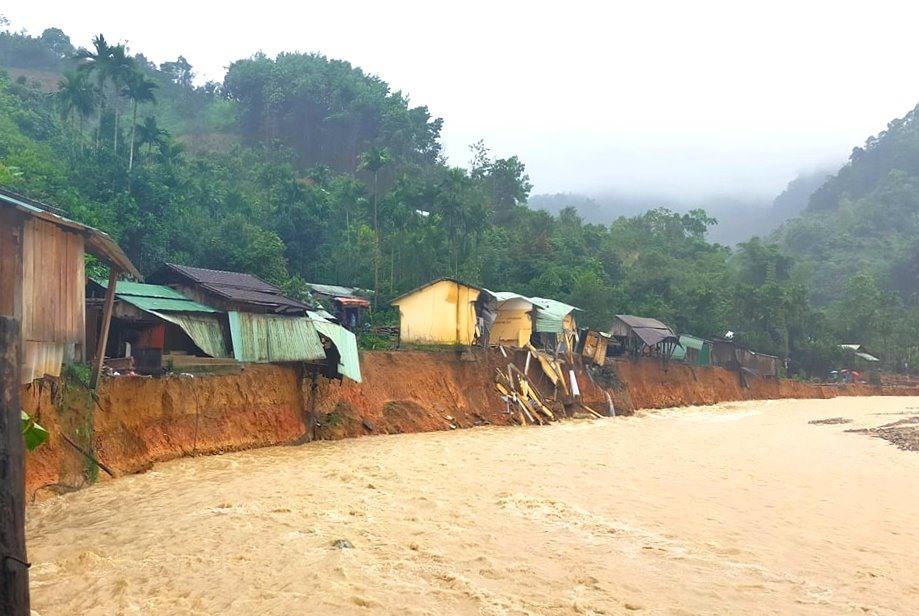 Sạt lở đất bờ sông khiến hàng chục ngôi nhà ở thôn 2 (xã Trà Leng) bị cuốn trôi. Ảnh: LÊ HẰNG