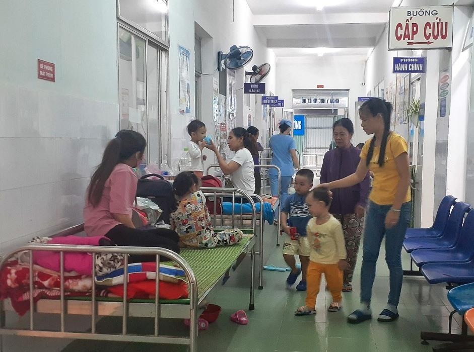 Số bệnh nhân mắc các bệnh về hô hấp tăng nhanh, bệnh viện Phụ sản - Nhi phải kê thêm giường ngoài hành lang. Ảnh: X.H