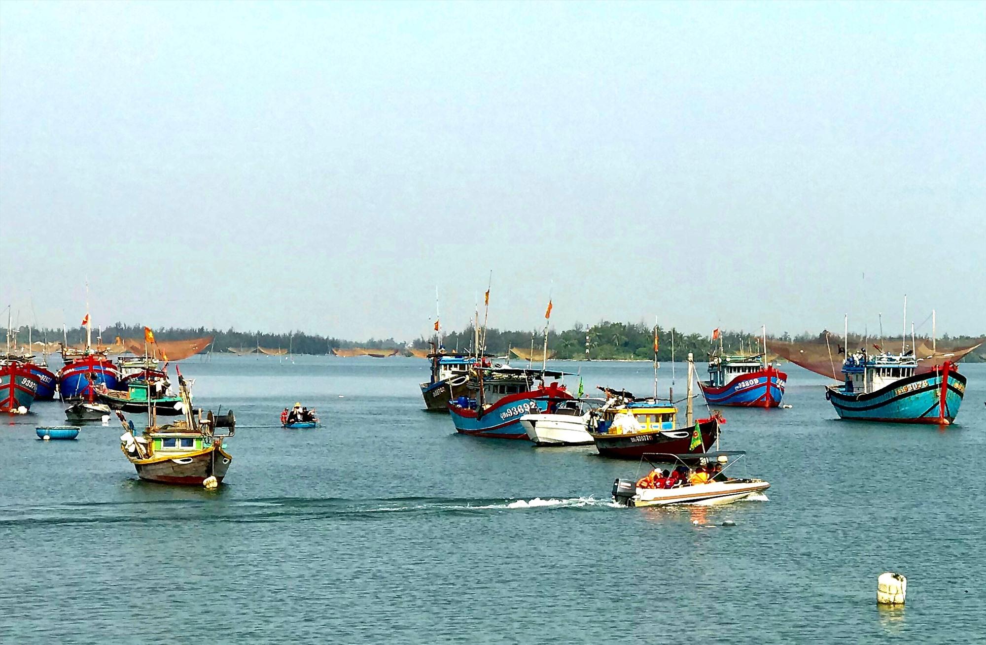 Tìm kiếm nạn nhân vụ lật ghe trên sông Thu Bồn chiều ngày 8.5.2020 làm chết 5 người dân xã Duy Nghĩa (Duy Xuyên).