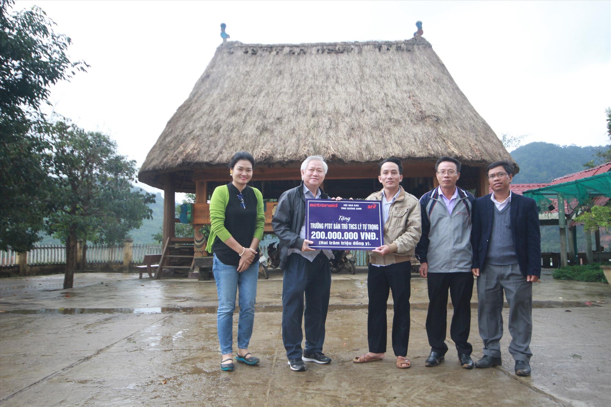 Đại diện tổ chức ActionAid Quốc tế tại Việt Nam và Quỹ Hỗ trợ chương trình, dự án An sinh xã hội Việt Nam (AFV) tặng số tiền 200 triệu đồng cho trường Phổ thông dân tộc bán trú THCS Lý Tự Trọng.