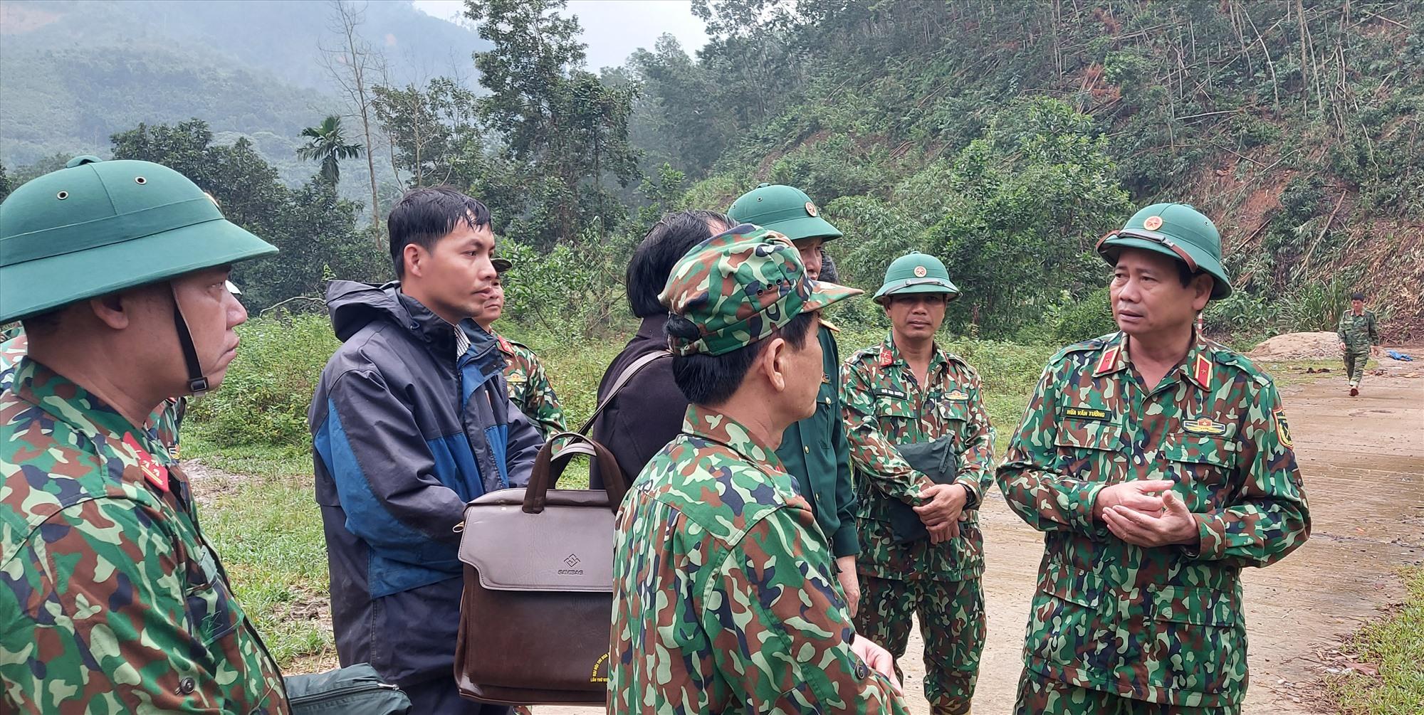 Đoàn công tác Quân khu 5 kiểm tra thực tế tại điểm bố trí khu dân cư cho người dân Trà Leng. Ảnh: H.Thọ