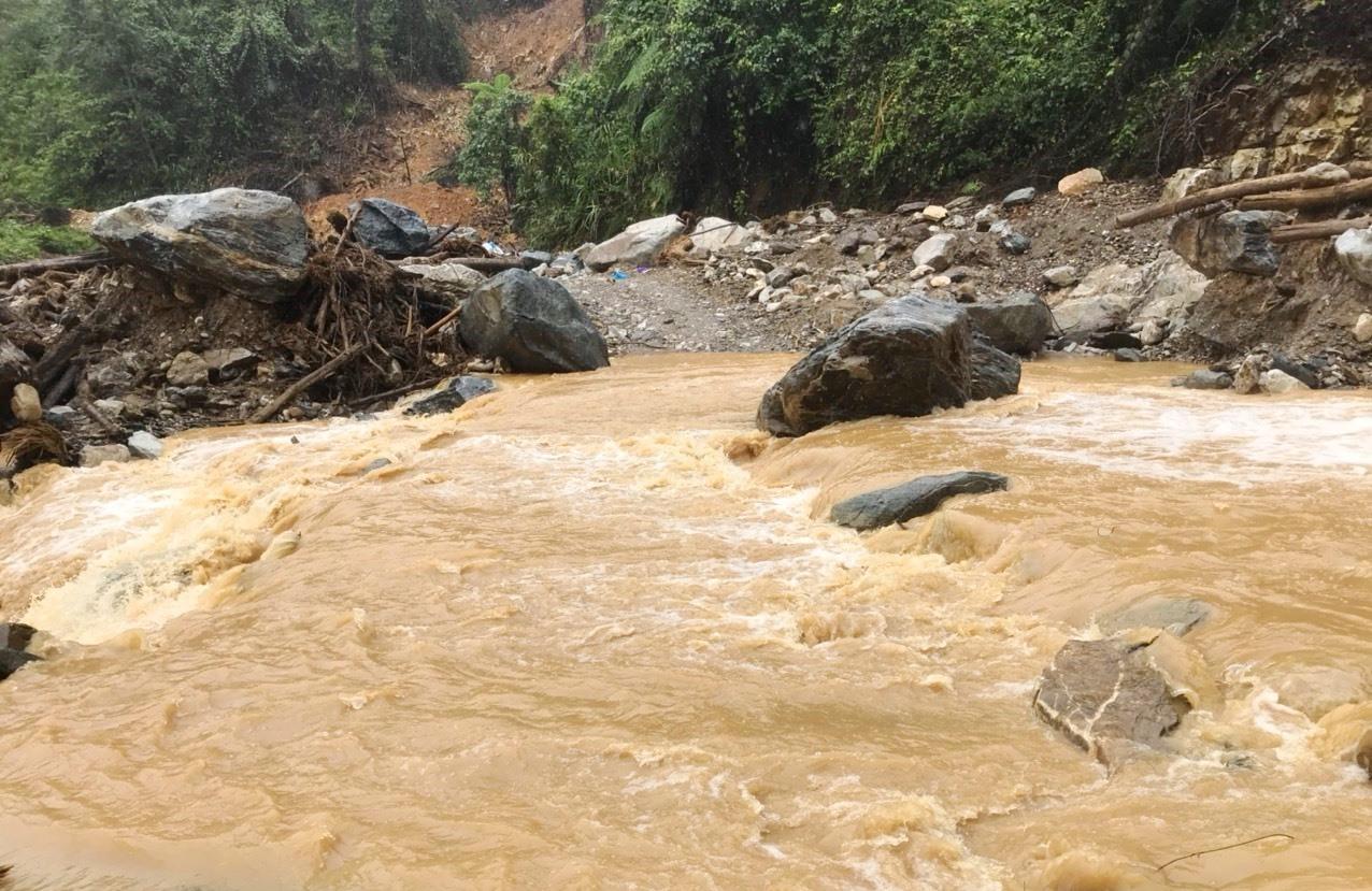 Nước lũ tràn xuống một đoạn đường trên tuyến ĐH 1 đi Phước Thành, Phước Lộc. Ảnh: QUỐC KỶ
