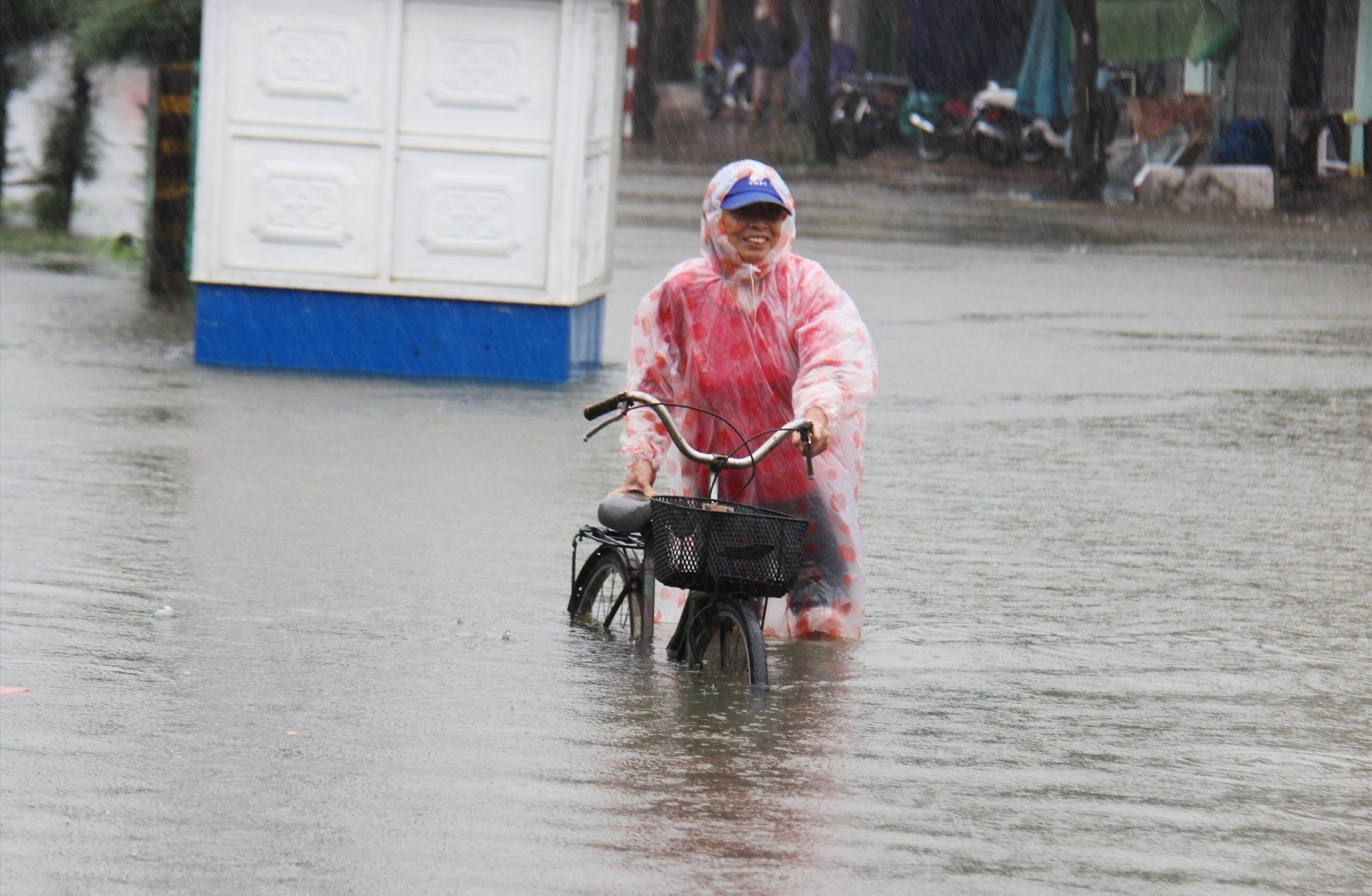 Tuyến đường Phan Đình Phùng,TP Tam Kỳ đoạn qua chợ Tam Kỳ ngập sâu. Ảnh: HOÀI AN