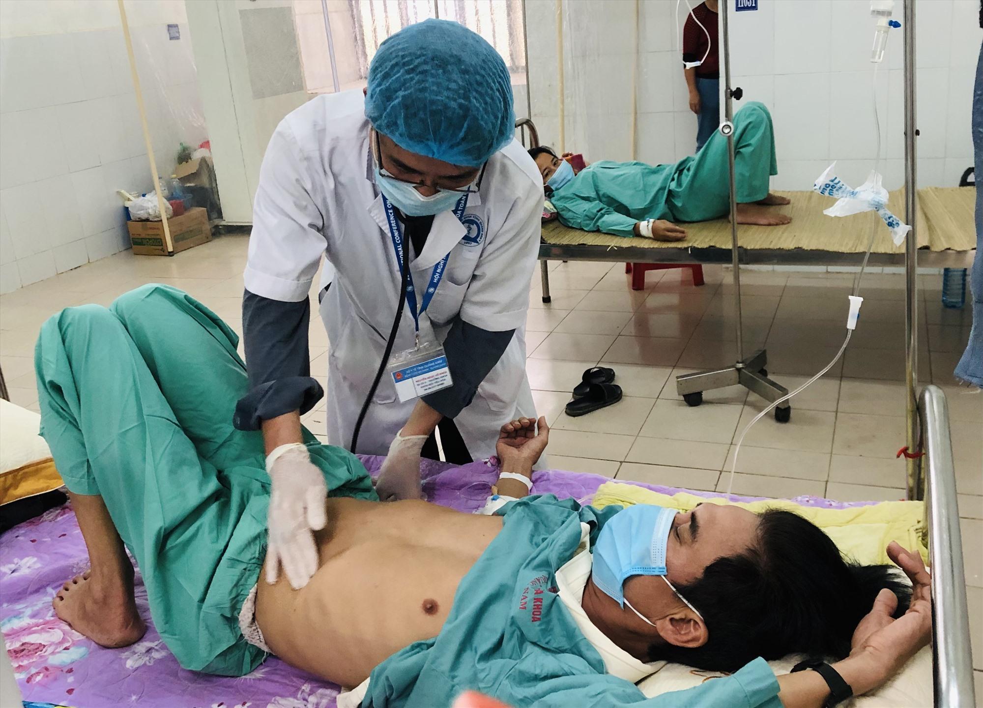 Bác sĩ Khoa Y học nhiệt đới (Bệnh viện Đa khoa Quảng Nam) điều trị cho các bệnh nhân mắc Whitmore. Ảnh: X.H