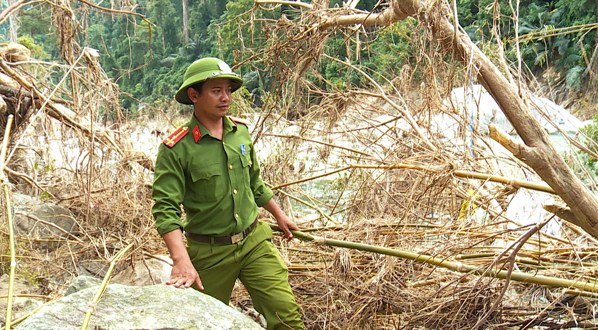 Thượng úy Lê Minh Phước - Trưởng Công an xã Trà Leng đang tìm kiếm các nạn nhân mất tích dọc theo khu vực sông Leng. Ảnh: HỒ QUÂN