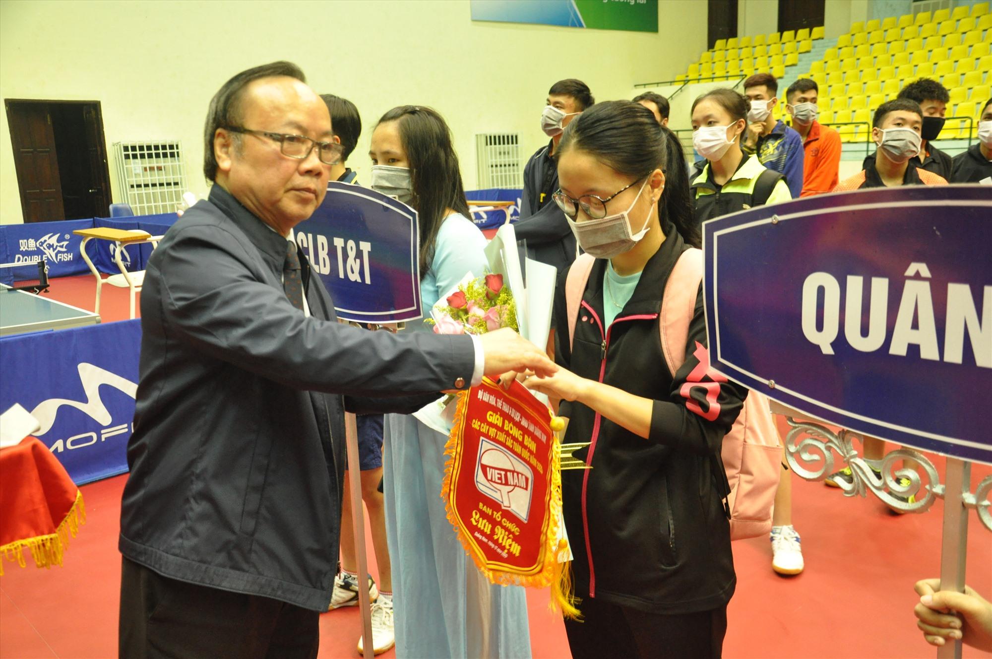 Ông Trần Gia Thái tặng hoa, cờ lưu niệm động viên các tay vợt tại lễ khai mạc. Ảnh: T.V