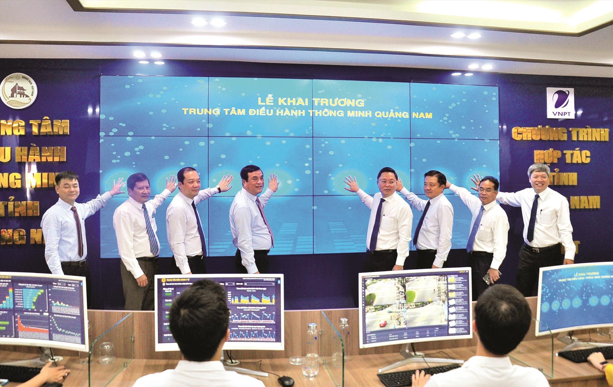 Lãnh đạo tỉnh khai trương Trung tâm Điều hành thông minh Quảng Nam. Ảnh: VINH ANH