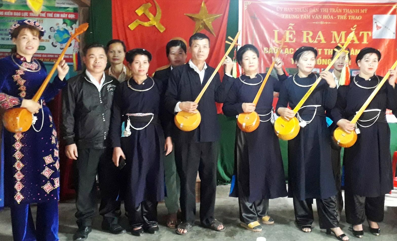 Các thành viên Câu lạc bộ Hát then đàn tính thôn Đồng Râm tại lễ ra mắt. Ảnh: V.THỦY