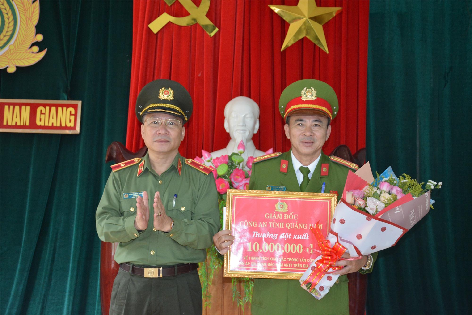 Thiếu tướng Nguyễn Đức Dũng, Giám đốc Công an tỉnh thưởng đột xuất 10 triệu đồng cho Công an huyện Nam Giang.