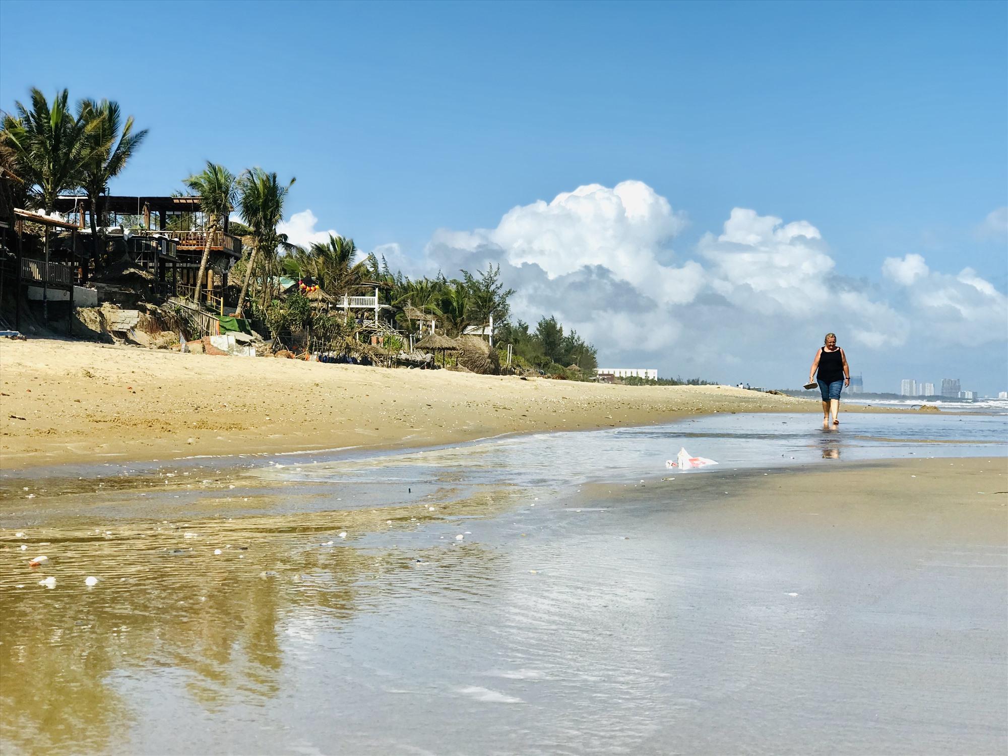 Những rãnh nước loang lỗ khiến bờ biển An Bàng nham nhở sau cơn bão số 13. Ảnh: Q.T