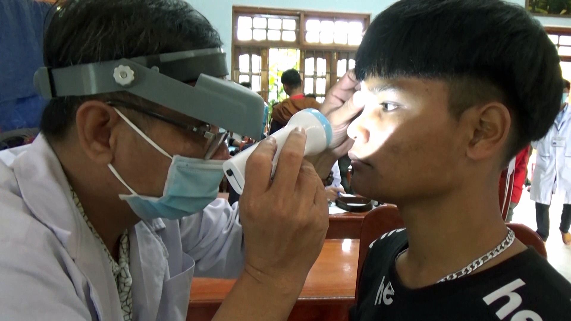 Y bác sĩ Trung tâm Y tế huyện Bắc Trà My khám tuyển cho thanh niên. Ảnh: TÚ VÂN
