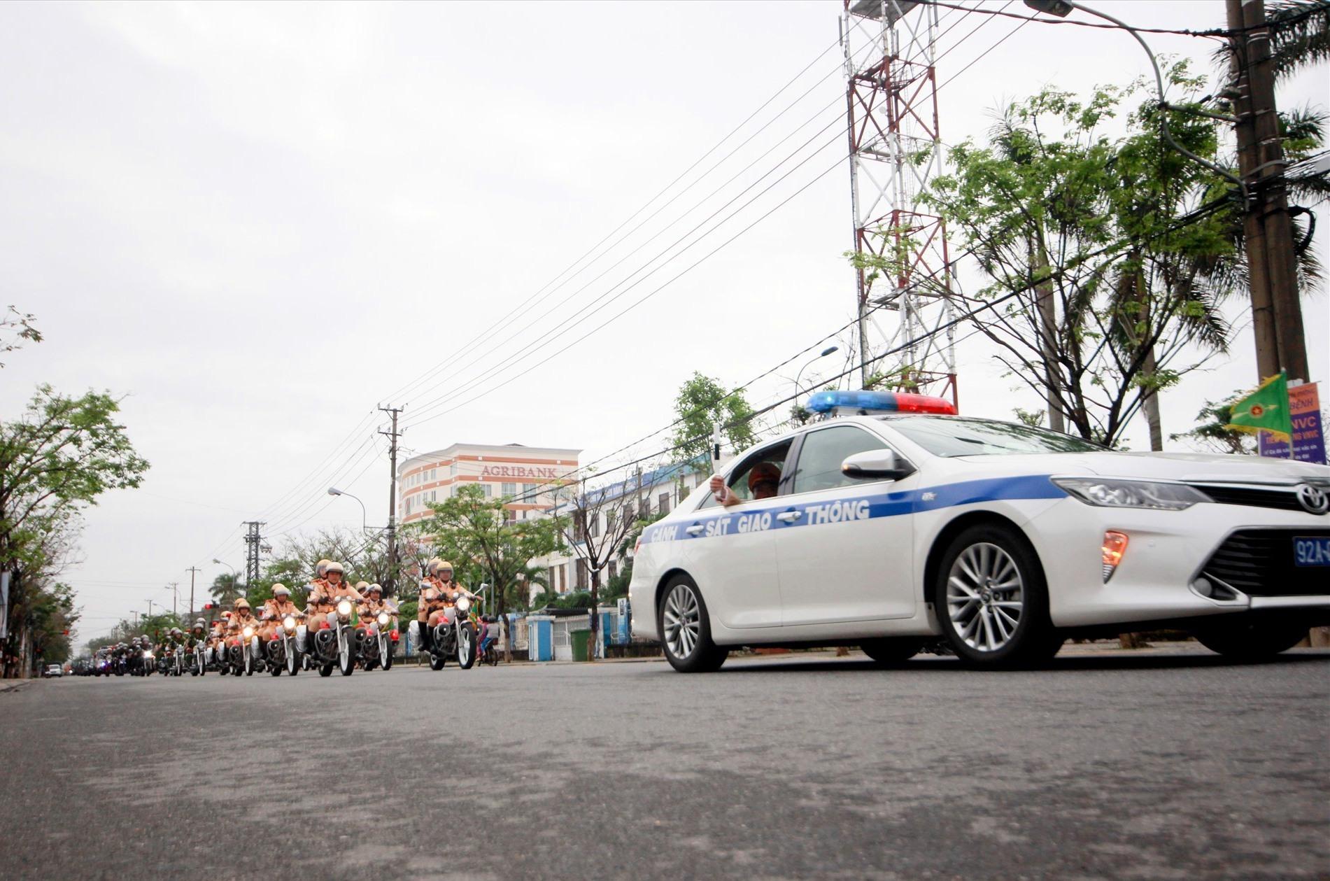 Các lực lượng thuộc Công an tỉnh điễu hành sau lễ ra quân đợt cao điểm tấn công trấn áp tội phạm sáng 15.12. Ảnh: T.C