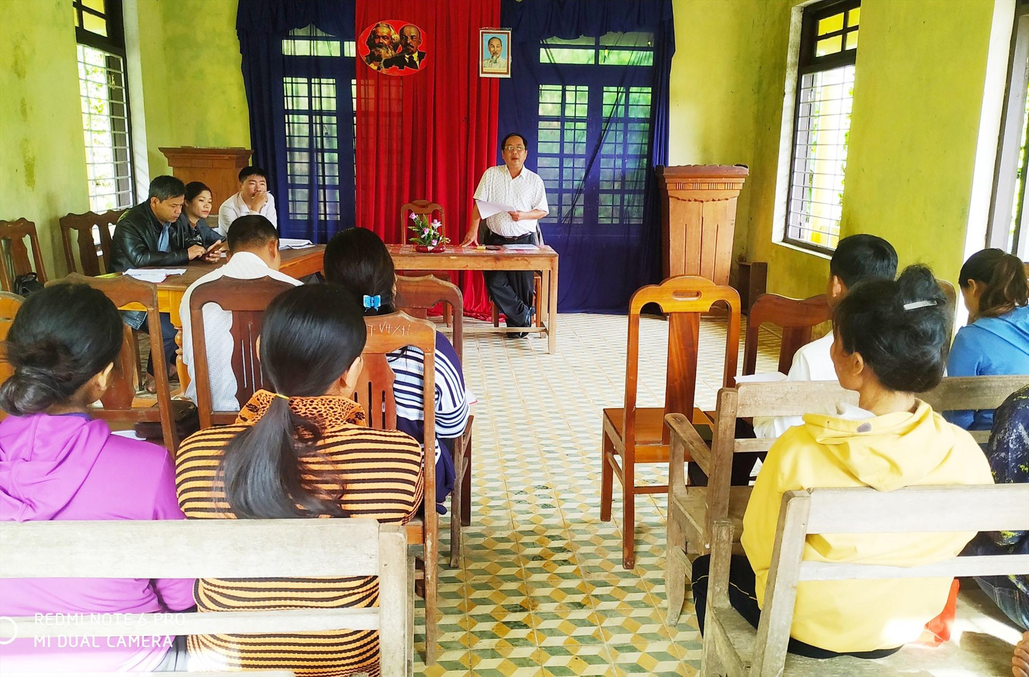 Đoàn công tác của huyện Nam Trà My khảo sát hiệu quả việc sử dụng nguồn vốn vay ưu đãi tại xã Trà Dơn. Ảnh: VŨ KỲ