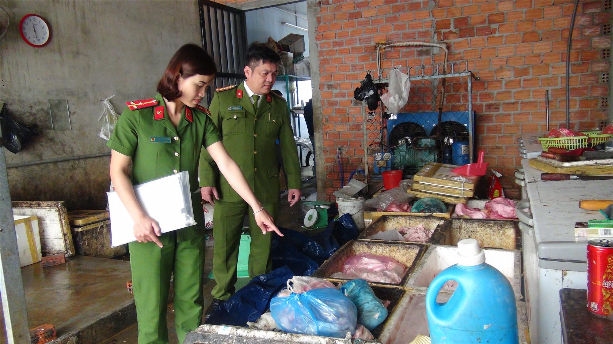 Cơ sở chế biến của bà Xuân có nhiều vi phạm về an toàn về sinh thực phẩm. Ảnh: Q.H