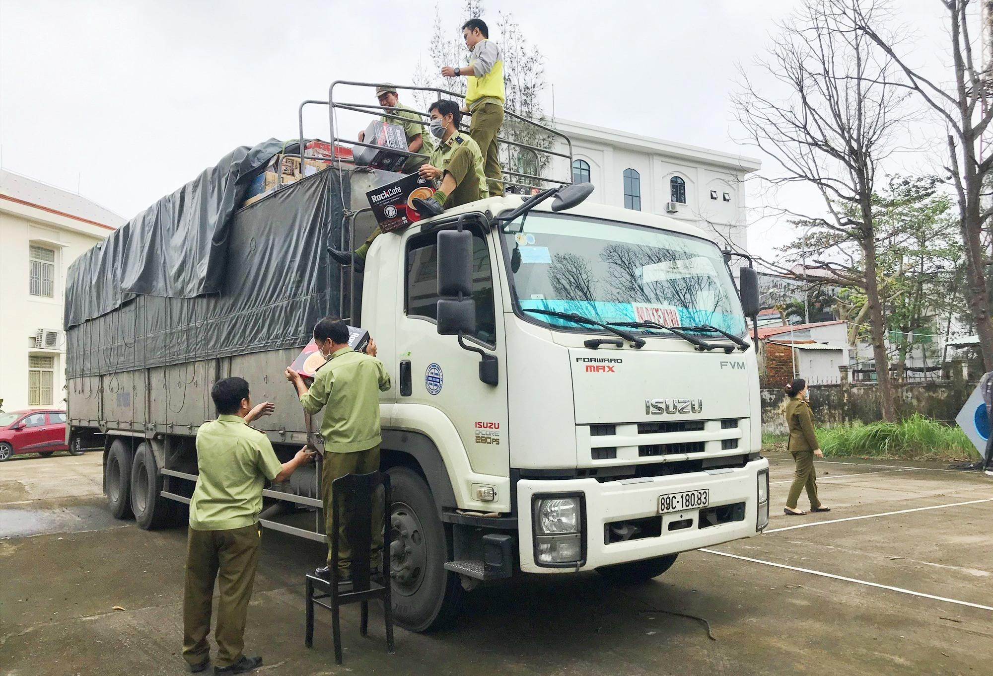 Lực lượng Quản lý thị trường Quảng Nam tạm giữ nhiều hàng hóa chữa rõ nguồn gốc. Ảnh: HOÀI AN