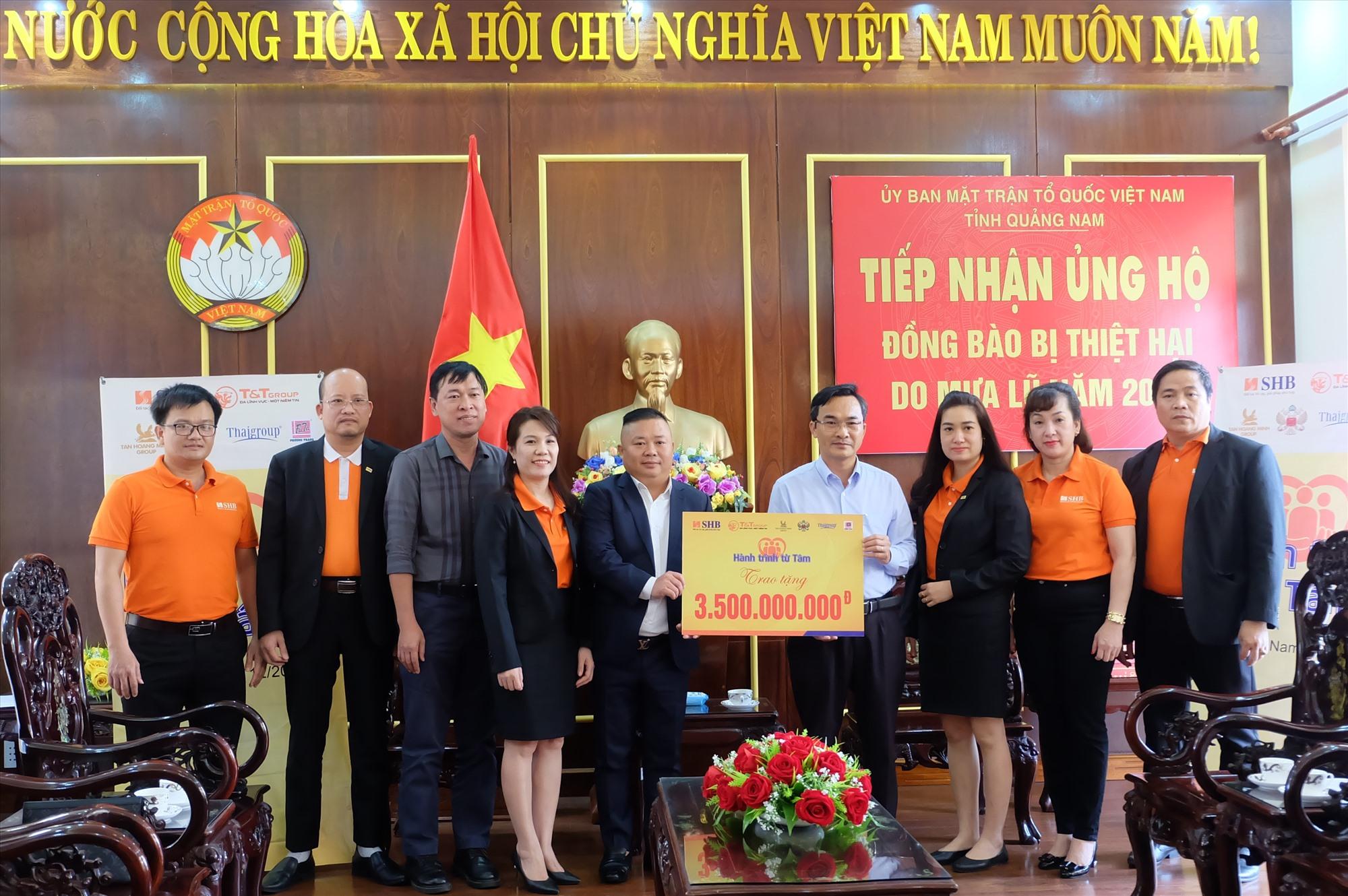 Chương trình Hành trình từ tâm trao tặng 3,5 tỷ đồng cho người dân Quảng Nam khắc phục hậu quả thiên tai. Ảnh: M.L
