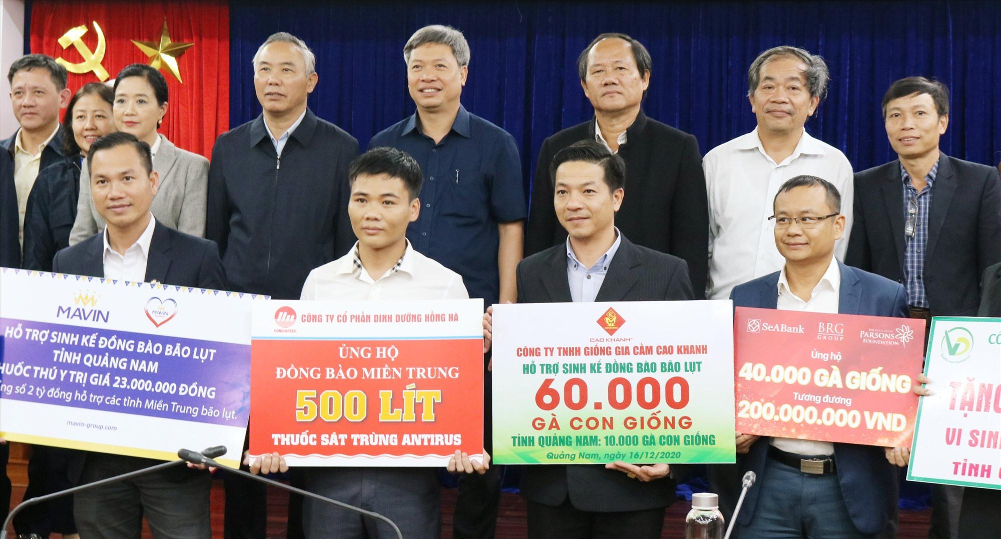 Phó Chủ tịch UBND tỉnh Hồ Quang Bửu và lãnh đạo Sở NN&PTNT tiếp nhận nguồn hỗ trợ từ các doanh nghiệp.   Ảnh: N.P