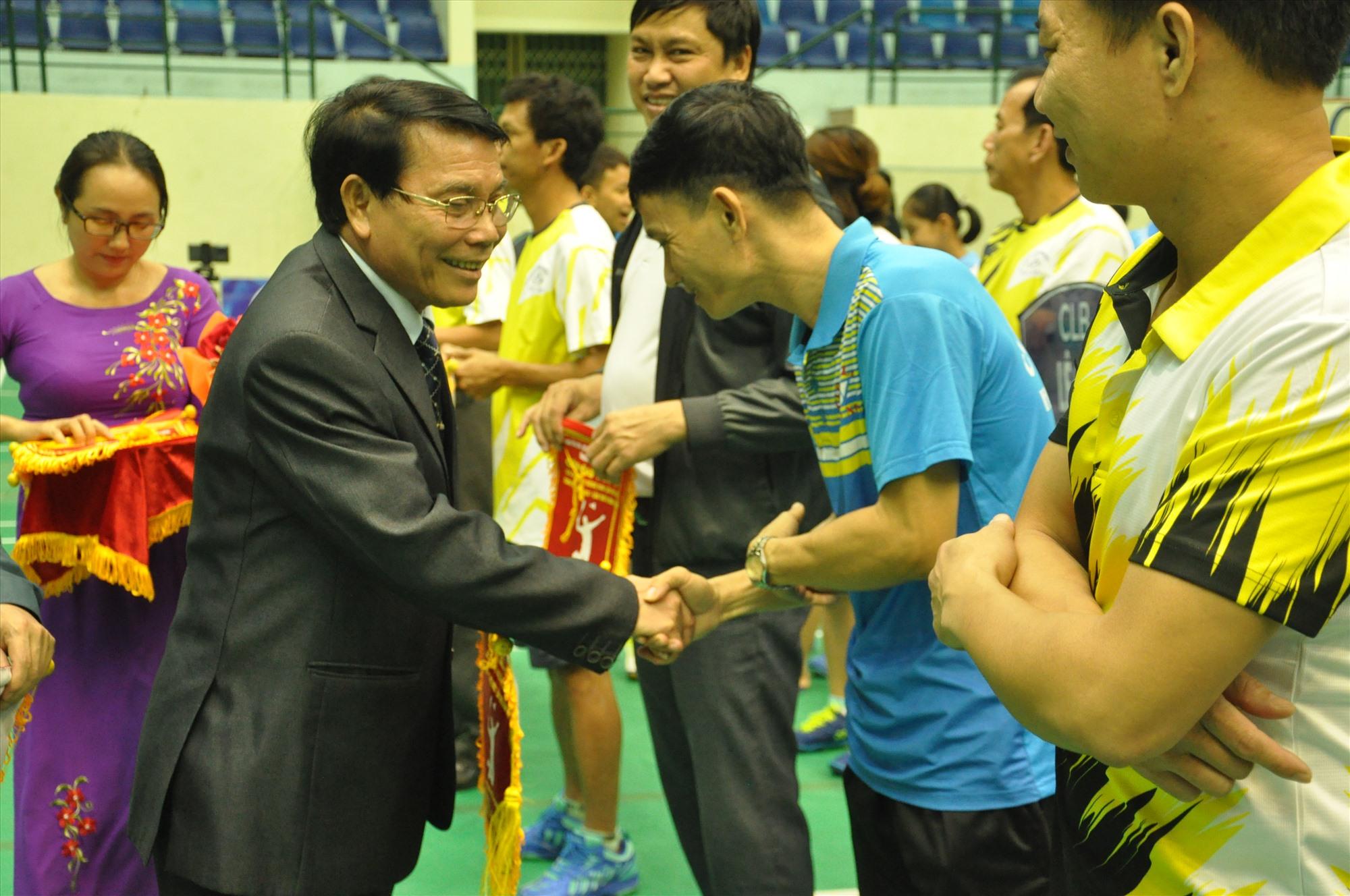 Phó Chủ tịch Liên đoàn Cầu lông Việt Nam Lê Tấn Đạt động viên các tay vợt tại lễ khai mạc. Ảnh: T.V