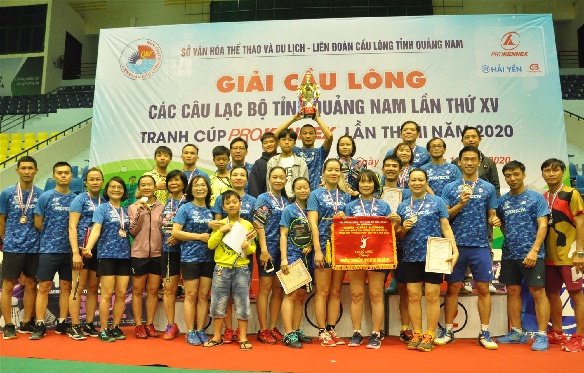 Niềm vui đoạt cúp vô địch toàn đoàn của Câu lạc bộ Phan Châu Trinh. Ảnh: T.V