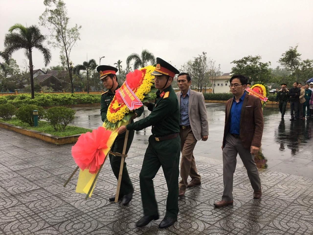 Lãnh đạo huyện Phú Ninh tổ chức viếng hương Nghĩa trang liệt sĩ huyện nhân 76 năm Ngày thành lập Quân đội nhân dân Việt Nam. Ảnh: H.C