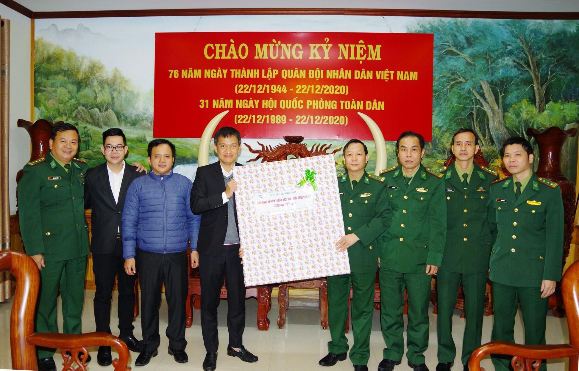 Viettel Quảng Nam chúc mừng Bộ đội Biên phòng tỉnh nhân dịp 22.12. Ảnh: HỒNG ANH