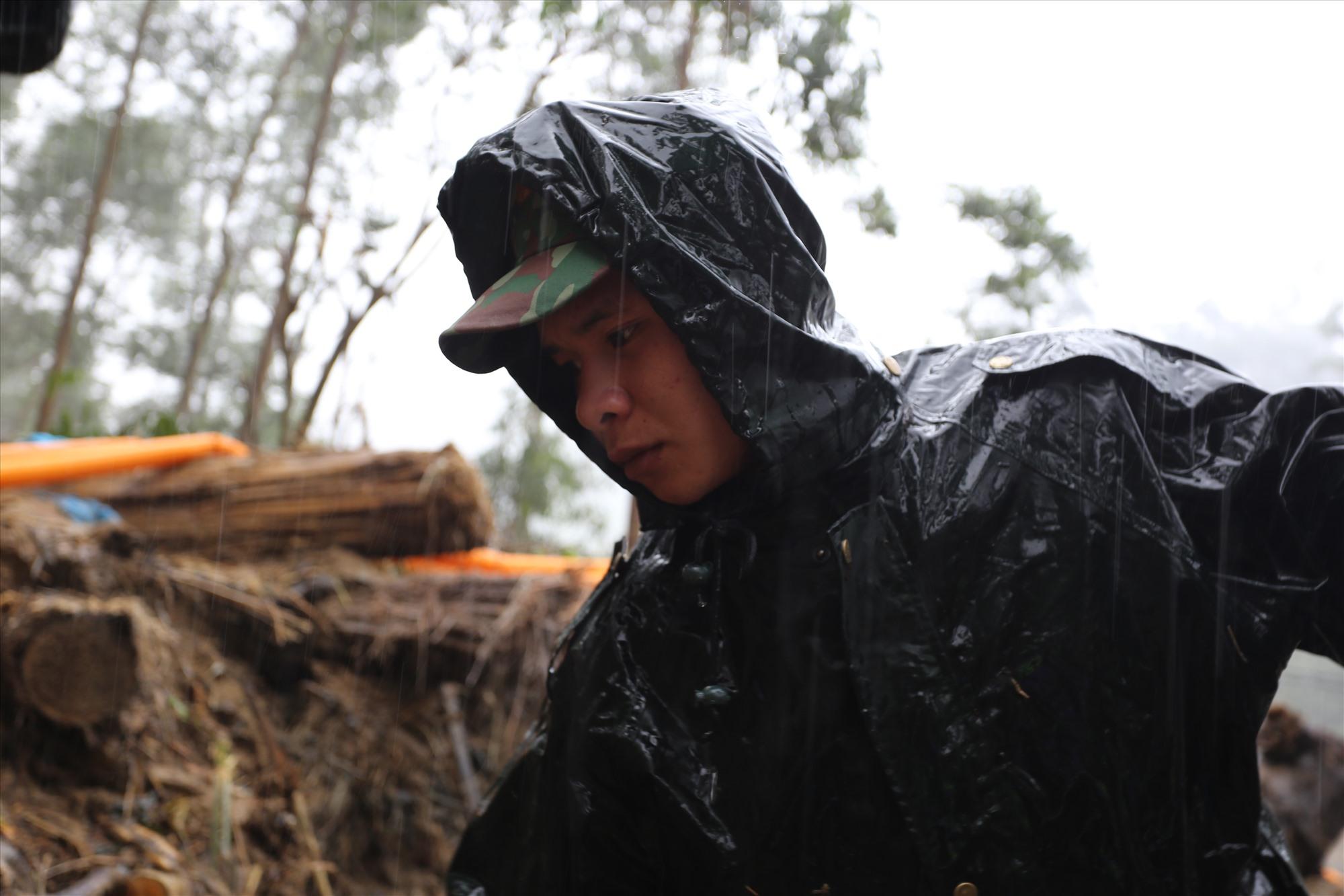Chiến sĩ Y Ghi Nê dầm mưa cứu hộ cứu nạn ở Trà Leng. Ảnh: Đ.T