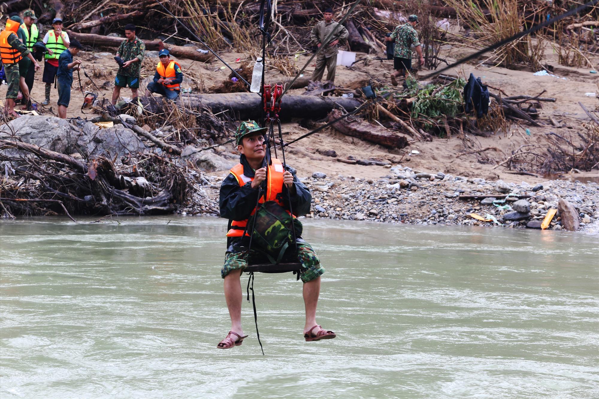 Thượng úy Đỗ Tấn Hưng đu dây vượt sông Leng tìm kiếm các nạn nhân mất tích tại Trà Leng vào cuối tháng 11 vừa qua. Ảnh: Đ.T