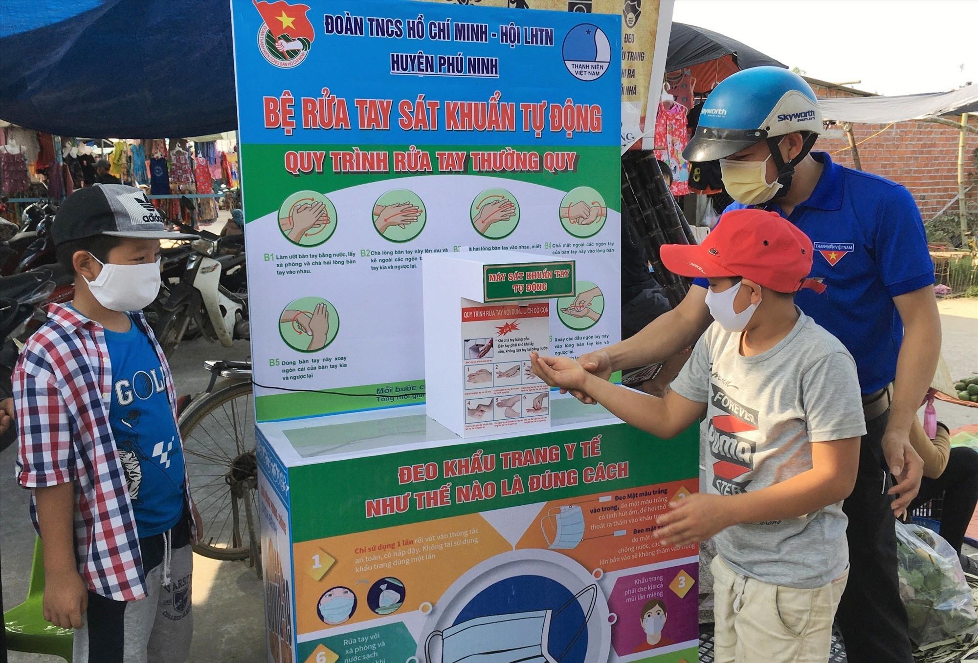 Huyện đoàn Phú Ninh phối hợp lắp đặt máy sát khuẩn tự động phòng chống dịch bệnh Covid-19. Ảnh: HẢI CHÂU