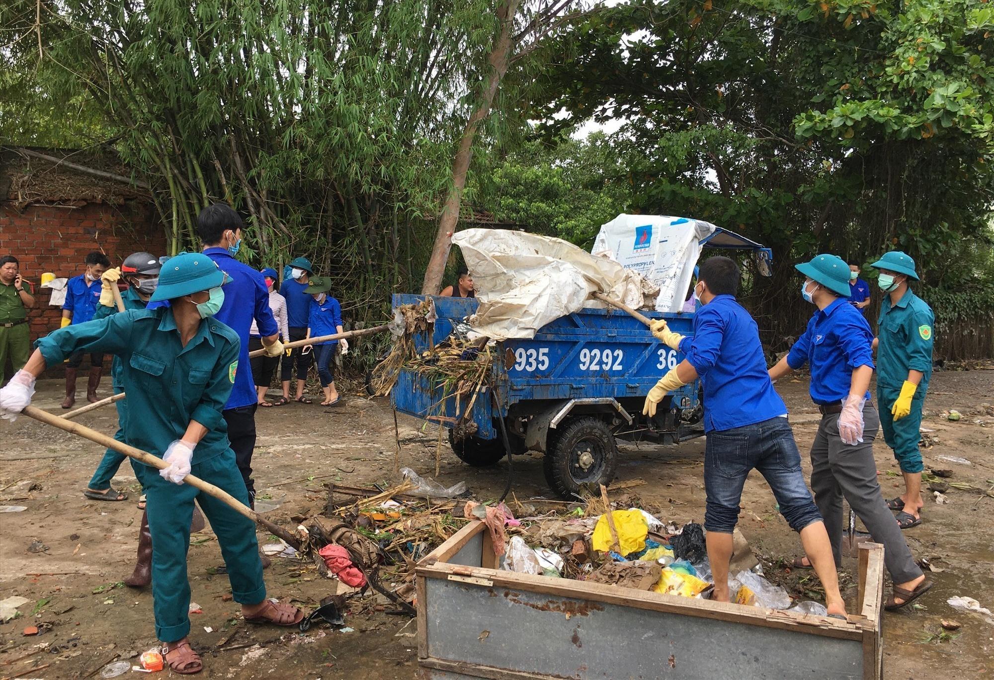 Tuổi trẻ huyện Phú Ninh chung tay khắc phục hậu quả bão lũ. Ảnh: HẢI CHÂU