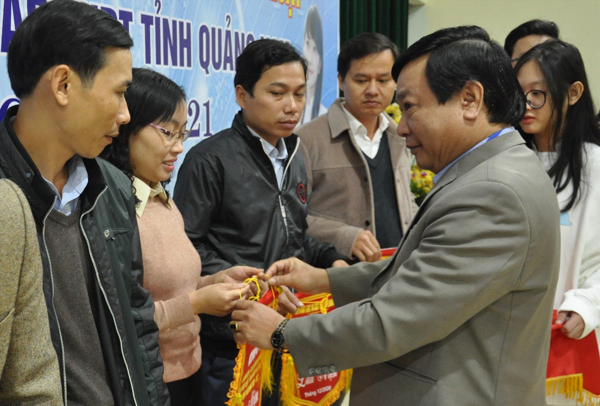 Sở GD-ĐT tặng cờ lưu niệm cho các trường tham gia cuộc thi. Ảnh: X.P