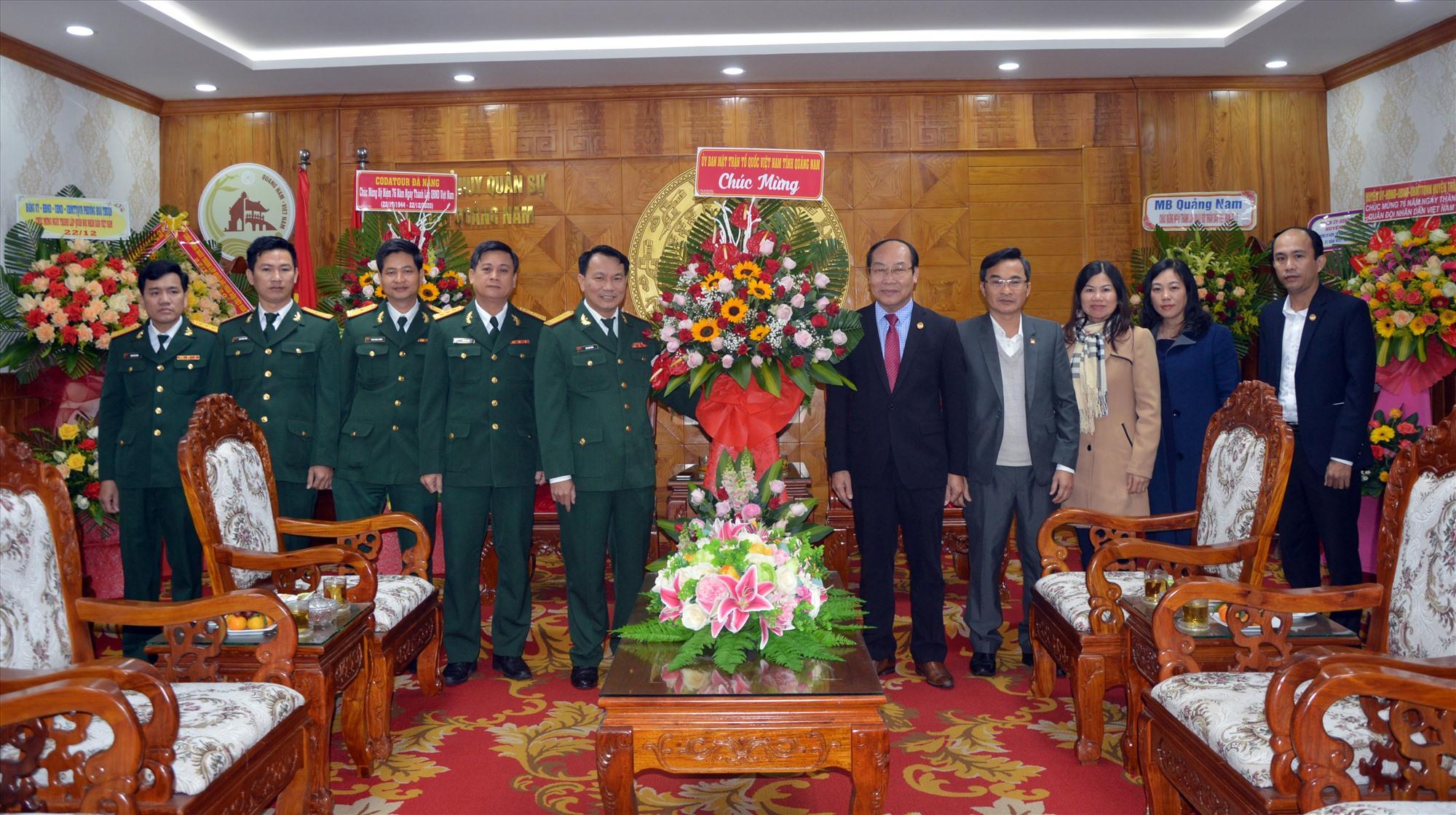 Chủ tịch UBMTTQVN tỉnh Võ Xuân Ca tặng hoa chúc mừng Bộ CHQS tỉnh.