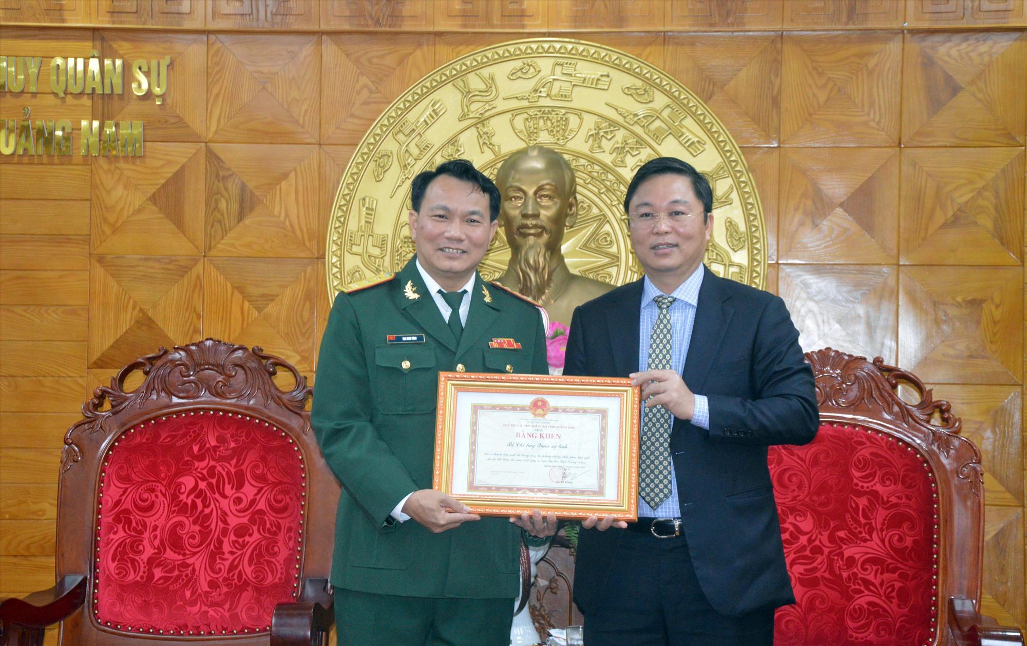 Chủ tịch UBND tỉnh Lê Trí Thanh trao Bằng khen của UBND tỉnh cho Bộ CHQS tỉnh vì có thành tích xuất sắc trong công tác phòng chống thiên tai, tìm kiếm cứu hộ, cứu nạn năm 2020.