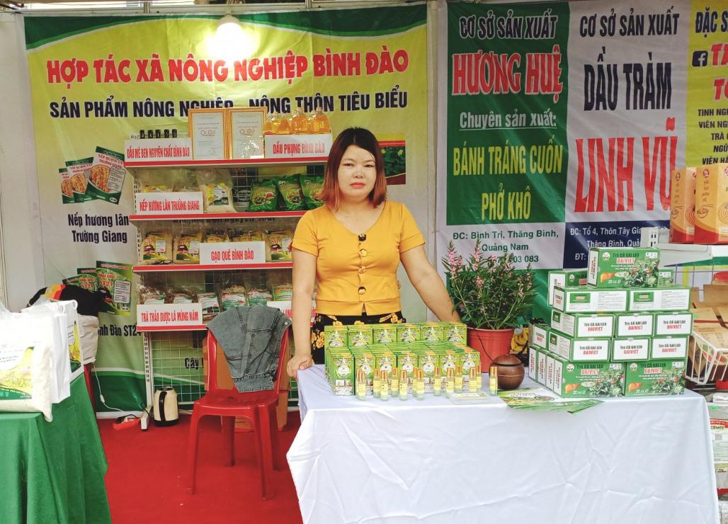 """Chị Bùi Thị Nguyệt (Thăng Bình) nỗ lực tìm hướng phát triển thương hiệu """"Dầu tràm Linh Vũ"""".Ảnh: H.L"""