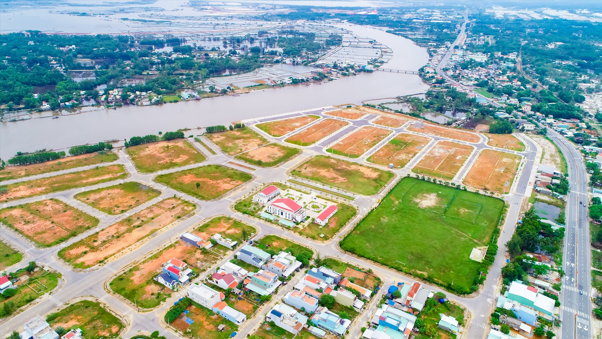 Hạ tầng hoàn thiện, pháp lý đầy đủ, dân cư đã đông đúc cùng các tiện ích trung tâm hành chính, sân vận động, phố đi bộ ven sông…là lợi thế nổi bật của Chu Lai Riverside.