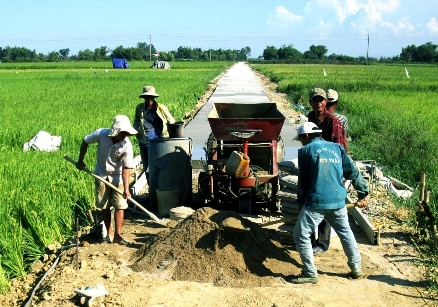 Thời gian tới, cần ưu tiên nguồn lực xây dựng kết cấu hạ tầng thiết yếu ở khu vực nông thôn để phục vụ sản xuất và đời sống dân sinh. Ảnh: VĂN SỰ