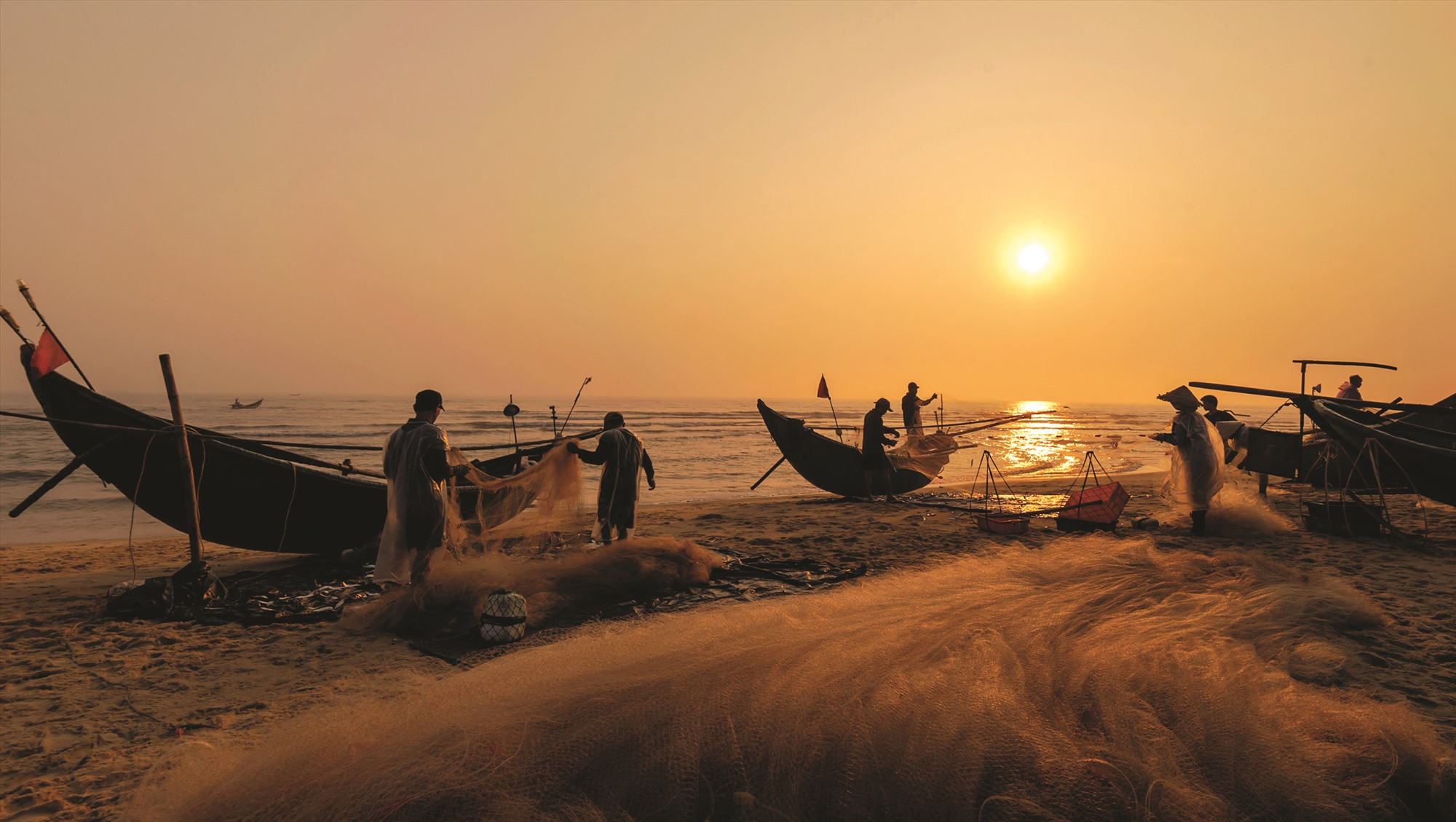 Khung cảnh hoạt động của ngư dân xã Bình Nam (Thăng Bình).