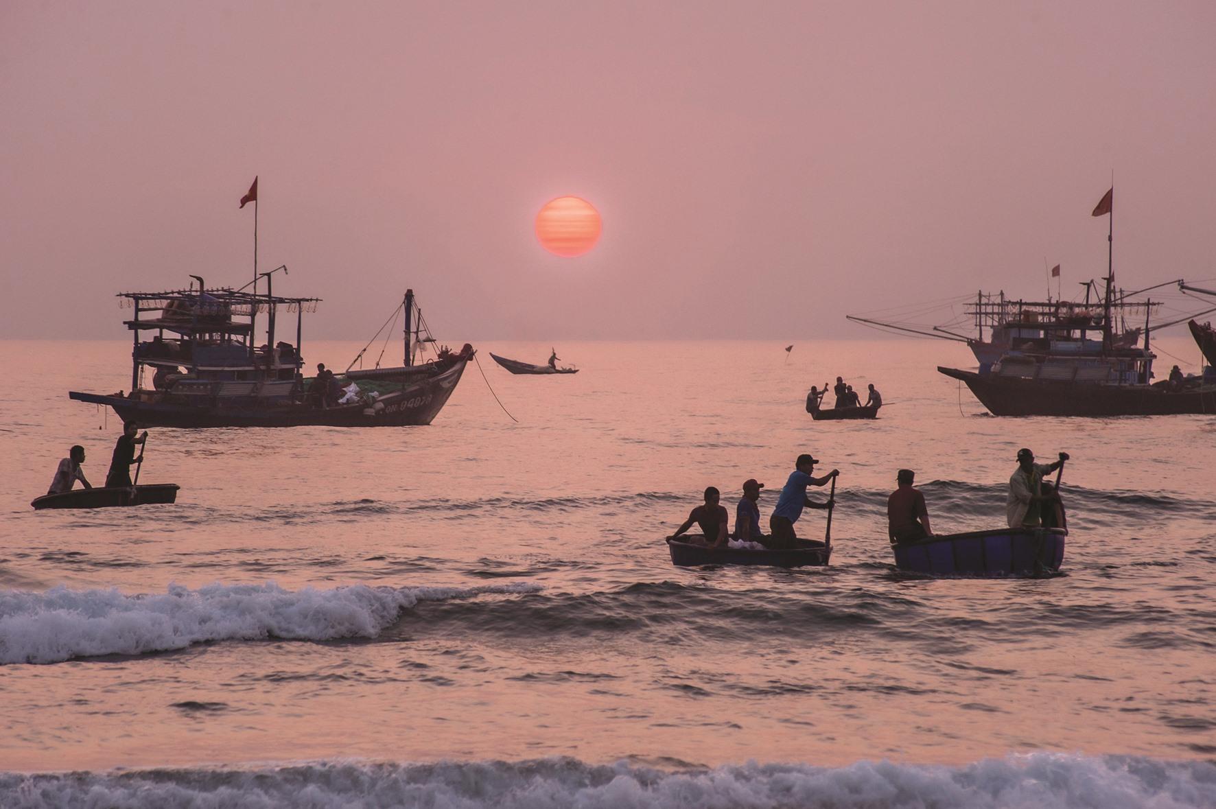 Ánh bình minh trên biển ở xã Tam Tiến (Núi Thành).
