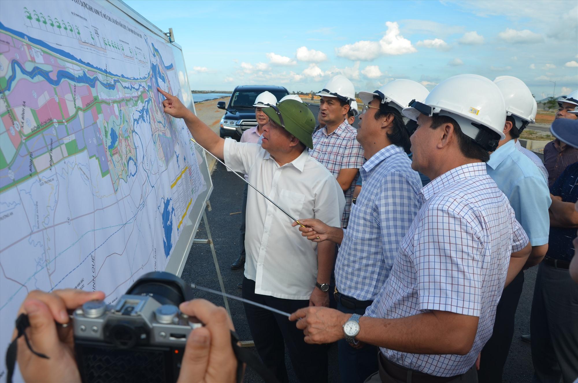 Bộ trưởng Bộ KH&ĐT Nguyễn Chí Dũng trong chuyến kiểm tra thực địa tiến độ thi công dự án đường ven biển Võ Chí Công. Ảnh: H.P