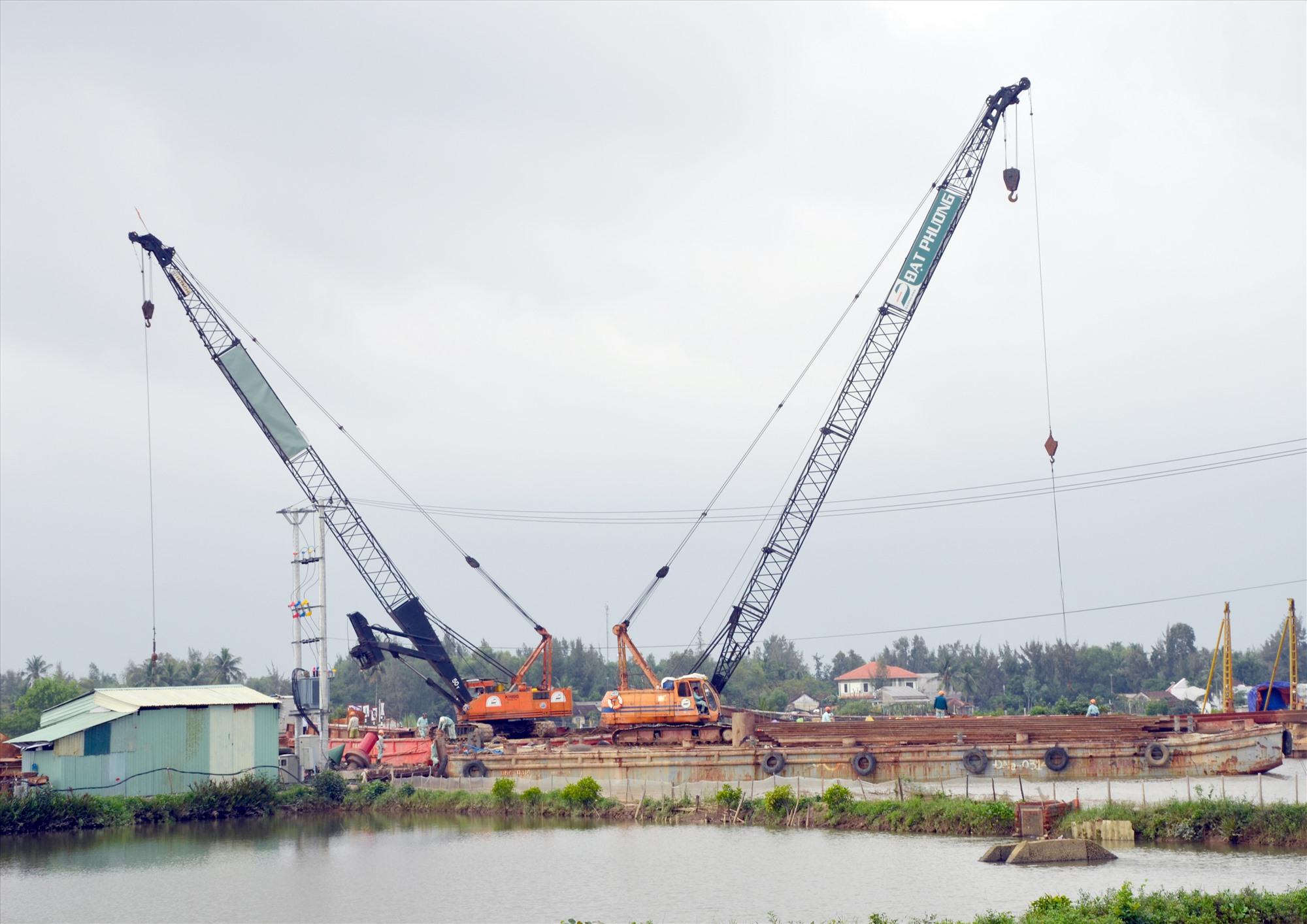 Phần lớn các dự án trọng điểm của tỉnh đều gặp khó khăn trong chính sách thu hồi đất. TRONG ẢNH: Thi công cầu An Tân qua địa bàn huyện Núi Thành. Ảnh: H.P