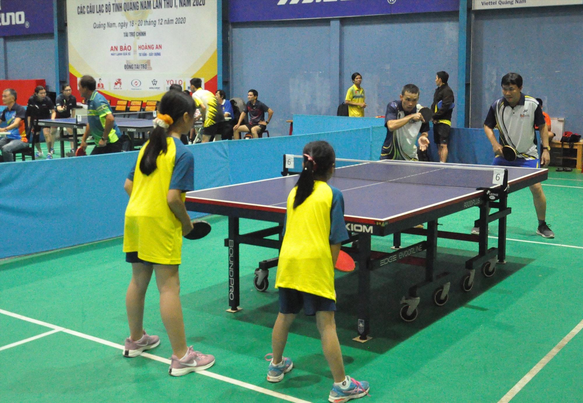 Một trận đấu đôi vợt nữ thiếu nhi đọ sức với đôi vợt tuổi cha chú. Ảnh: A.S