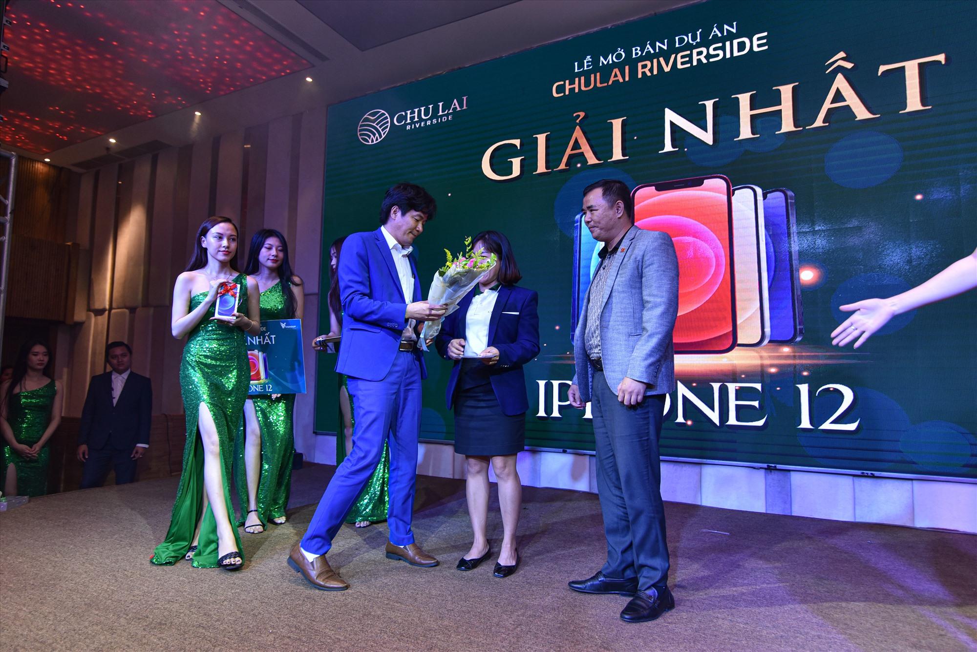 Khách hàng giao dịch Chu Lai Riverside được bốc thăm trúng iPhone 12 nhân dịp ra mắt.