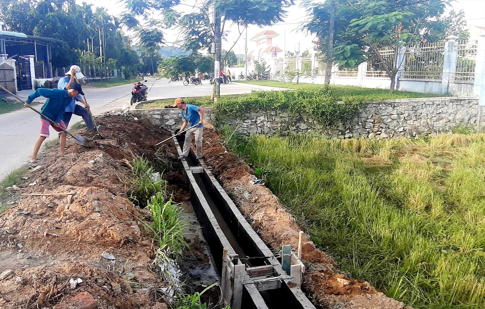 Nhiều địa phương ở Quế Sơn tập trung sửa chữa, gia cố hệ thống kênh mương nhằm đảm bảo cung ứng nước tưới cho cây trồng. Ảnh: VĂN SỰ